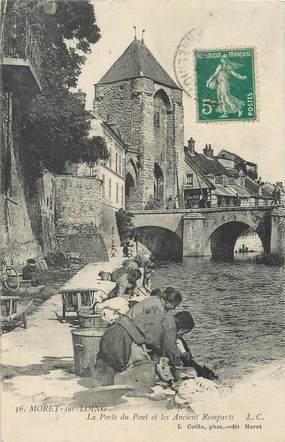 """/ CPA FRANCE 77 """"Moret sur Loing, la porte du pont et les anciens remparts"""" / LAVEUSES"""