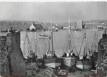 """/ CPSM FRANCE 29 """"Camaret, les bateaux de pêche dans le port"""""""