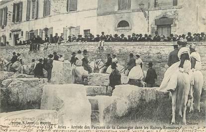 """/ CPA FRANCE 13 """"Arles, arrivée des paysans de la Camargue dans les Ruines Romaines"""""""