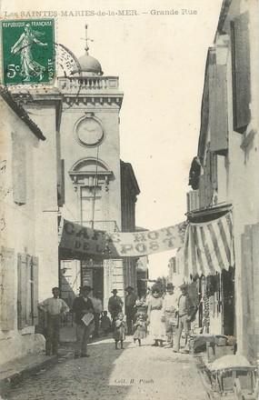 """/ CPA FRANCE 13 """"Les Saintes Maries de la Mer, grande rue"""""""