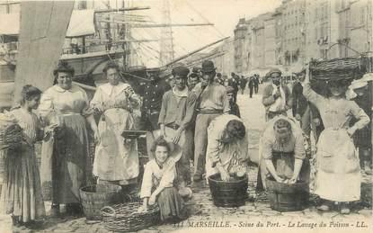 """/ CPA FRANCE 13 """"Marseille, Scène du port, le lavage du Poisson"""""""