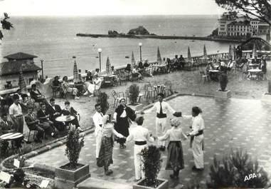 """/ CPSM FRANCE 66 """"Banyuls sur Mer, danseurs catalans pris sur la terrasse de l'hôtel Miramar"""""""