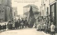 """87 Haute Vienne CPA FRANCE 87 """"Le Dorat, Présentation du Drapeau des Ostensions devant les maisons de la ville"""""""