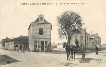 """CPA FRANCE 86 """"Saint Jean de Sauves, place de l'Hotel de ville"""""""