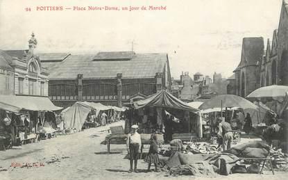 """CPA FRANCE 86 """"Poitiers, Place Notre Dame, un jour de Marché"""""""