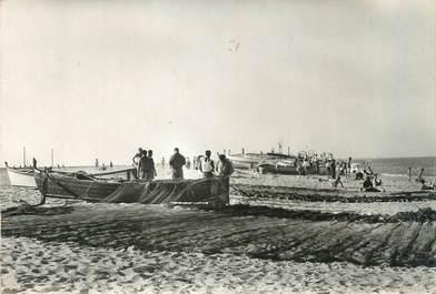 """/ CPSM FRANCE 66 """"Saint Cyprien, la plage, pêcheurs"""""""