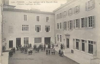 """/ CPA FRANCE 38 """"Vienne, cour intérieure de la nouvelle école primaire de fille"""""""