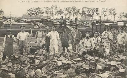 """CPA FRANCE 42 """"Roanne, prisonniers allemands travaillant sur le canal"""""""