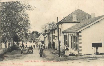 """/ CPA FRANCE 38 """"La Batie Divisin, école et route nationale"""""""