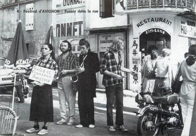 """/ CPSM FRANCE 84 """"Avignon, festival, poésie dans la rue"""""""