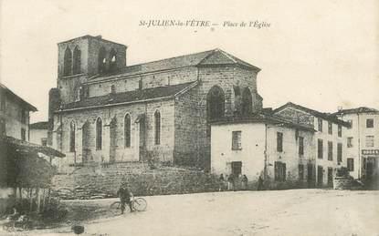 """.CPA  FRANCE 42 """" Saint Julien la Vêtre, Place de l'église"""""""