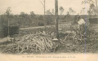 """CPA FRANCE 21 """"Charbonniers en Forêt, l'Ecorçage du chêne"""""""