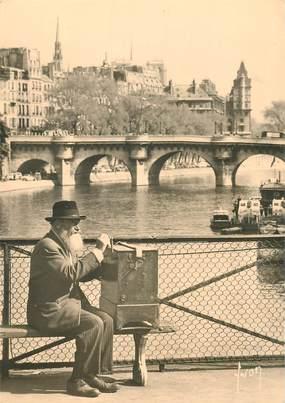 """CPSM FRANCE 75 """"Paris, le joueur d'orgue de barbarie du pont des Arts"""""""