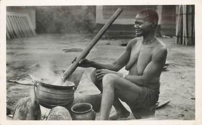 """CPSM  COTE D'IVOIRE """"Abidjan,  grand mère préparant le repas"""" / NU"""