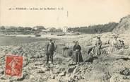 """17 Charente Maritime .CPA   FRANCE 17 """" Fouras, La Coue, sur les rochers"""""""