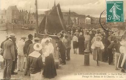 """.CPA FRANCE 85 """"Les Sables d'Olonne, Sur le pont au passage du bâteau de la Chaume"""""""