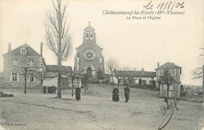 """. CPA  FRANCE 87 """"Chateauneuf la Forêt, La place et l'église"""""""