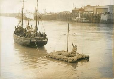 """PHOTO ORIGINALE / FRANCE 62 """" Boulogne, traversée de la Manche avec un radeau en bouchons, 1958"""""""