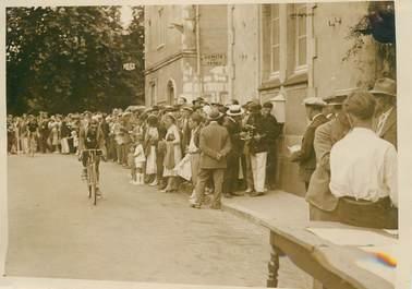 """PHOTO ORIGINALE / FRANCE 73 """"Aix les Bains, le tour de France, arrivée du vainqueur Max Bulla"""" / CYCLISME"""