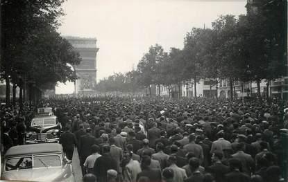 """PHOTO ORIGINALE / FRANCE 75 """"Paris, anciens prisonniers remontant les Champs Elysées"""""""