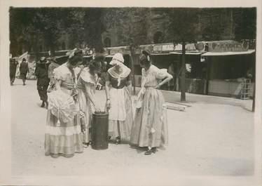 """PHOTO ORIGINALE / FRANCE 75 """"Paris, Palais royal, les marchandes d'oublis de 1830"""""""