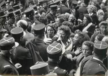 """PHOTO ORIGINALE / FRANCE 75 """"Paris, manifestation féminine contre la guerre en Indochine, 1949"""""""