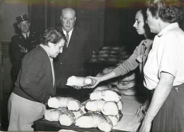 """PHOTO ORIGINALE / FRANCE 75 """"Paris, distribution de pain aux économiquement faibles, 1956"""""""