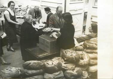 "PHOTO ORIGINALE / FRANCE 75 ""Paris, distribution de pain aux économiquement  faibles, 1956"""
