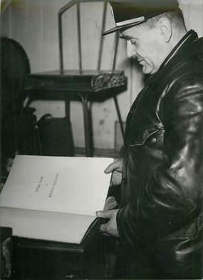 """PHOTO ORIGINALE / FRANCE 75 """"Paris, le livre d'Or du Soldat Inconnu, 1945"""""""