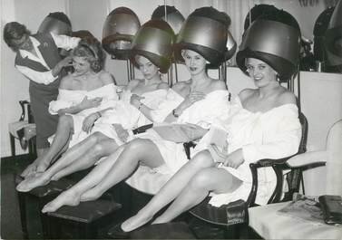 "PHOTO ORIGINALE /  THEME ""1958, les Blu Bell girls chez le coiffeur"""