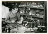 """Theme PHOTO ORIGINALE / THEME """"Récupération des vieux souliers échangés contre des neufs, 1942"""" / CORDONNIER"""