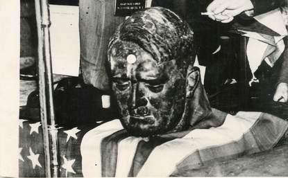"""PHOTO ORIGINALE /  THEME """"Londres, vente aux enchères  des objets de l'ambassade d'Allemagne, 1945, ici le buste d'Hitler"""""""