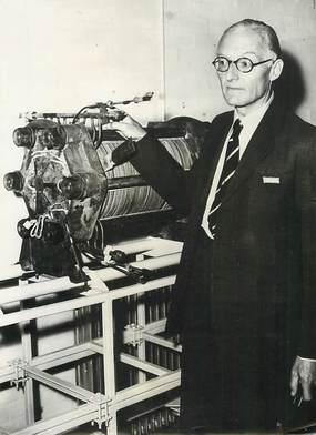 """PHOTO ORIGINALE / THEME """"1959, Cambridge, ingénieur anglais Bacon, présente son invention qui devrait révolutionner l'industrie automobile"""""""