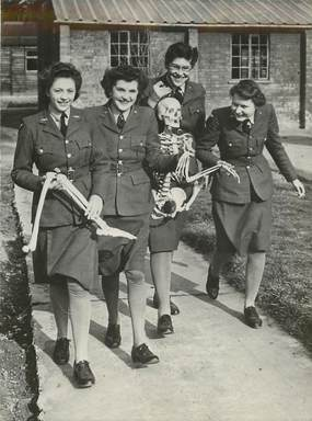 """PHOTO ORIGINALE / THEME """"1948, Les Wacs anglaises de la RAF, ici les stagiaires du camp de Halton avec leur squelette Oscar"""""""
