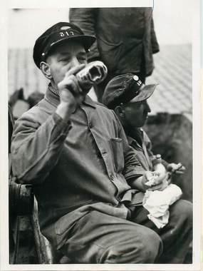 """PHOTO ORIGINALE / THEME """"1941, Ouvriers du service du gaz en pause casse croûte"""""""