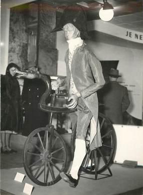 """PHOTO ORIGINALE / THEME """"1951, exposition dans un grand magasin parisien, ici Draisienne et costume"""""""