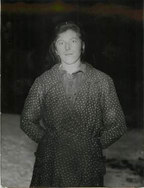 """PHOTO ORIGINALE / THEME """"1935, Mme Dion découvrant des lingots d'or dans un champ"""""""