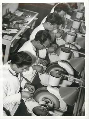 """PHOTO ORIGINALE / THEME """"Centre de Jeunesse de l'Ecole d'optique du Bd Pasteur, le meulage des verres de lunetterie, 1944"""""""