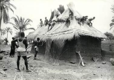 """PHOTO ORIGINALE / AFRIQUE """"Togo, couverture d'une case avec de la paille de brousse"""""""
