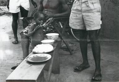 """PHOTO ORIGINALE / AFRIQUE """"Togo, petit enfant mangeant de la pâte"""""""