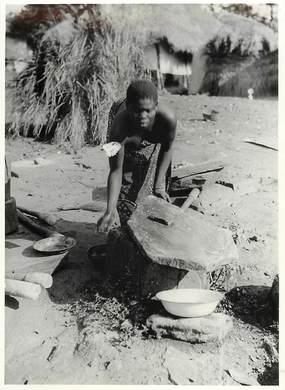 """PHOTO ORIGINALE / AFRIQUE """"Togo, les pierres à broyer le mil"""""""