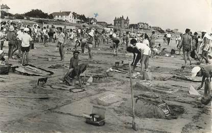 """CPSM FRANCE 50 """"Barneville sur Mer, concours de chateaux de sable sur la plage"""" / CHATEAU DE SABLE"""
