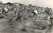 """17 Charente Maritime CPSM FRANCE 50 """"Barneville sur Mer, concours de chateaux de sable sur la plage"""" / CHATEAU DE SABLE"""