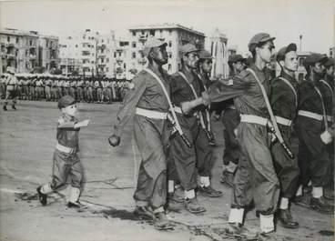 """PHOTO ORIGINALE / EGYPTE """"le plus jeune soldat égyptien défilant à l'occasion du 2ème anniversaire de la Révolution"""""""