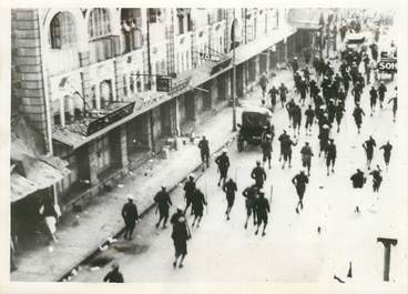 "PHOTO ORIGINALE / INDE ""Bombay, la police anglaise charge la foule, 1942"""
