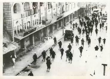 "PHOTO ORIGINALE / INDE ""Bombay, la police anglaise charge la foule, 1942"""