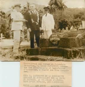 """PHOTO ORIGINALE / ILES MARQUISES """"La Tombe de Gauguin au cimetière d'Atuona, 1963"""" + carte de visite Ministre de l'Outre mer"""