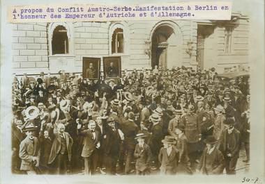 """PHOTO ORIGINALE / ALLEMAGNE """"Manifestation à Berlin à propos du conflit Austro serbe"""""""