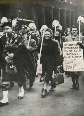 """PHOTO ORIGINALE / ANGLETERRE """"Défilé dans les rues de Londres des femmes de ménage anglaises"""""""