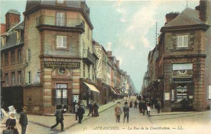 """CPA FRANCE 50 """"Avranches, La rue de la Constitution""""."""
